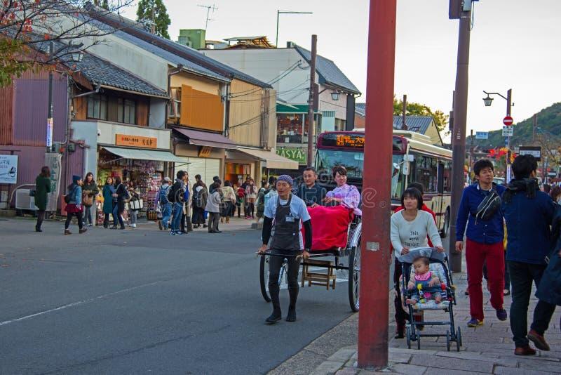 Peuple japonais de pousse-pousse de prise pour Arashiyama guidé images stock