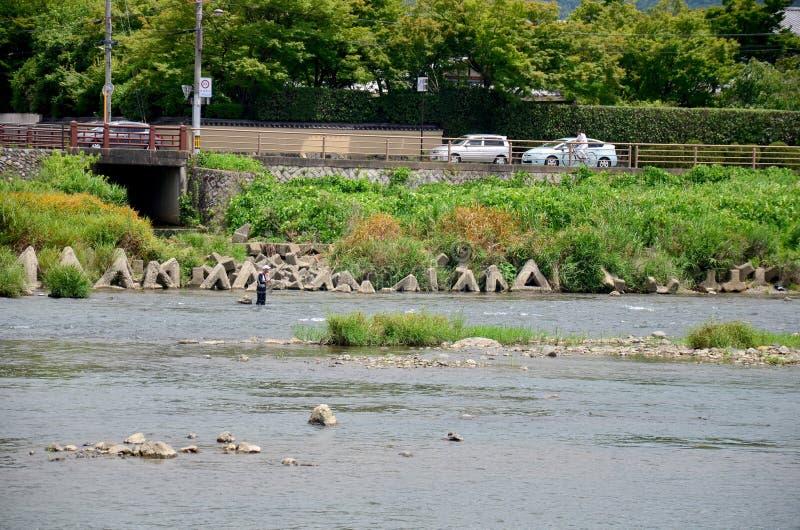 Peuple japonais pêchant des poissons à la rivière de Hozugawa d'Arashiyama image stock