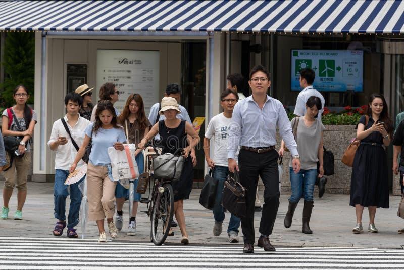 Peuple japonais traversant la route au passage pour piétons photo stock