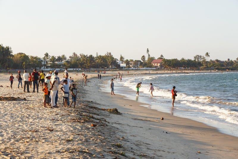 Peuples malgaches se reposant sur la plage photographie stock libre de droits