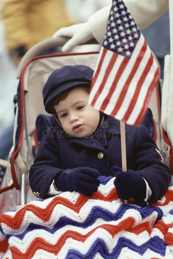 Peuter die Amerikaanse vlag houdt stock foto