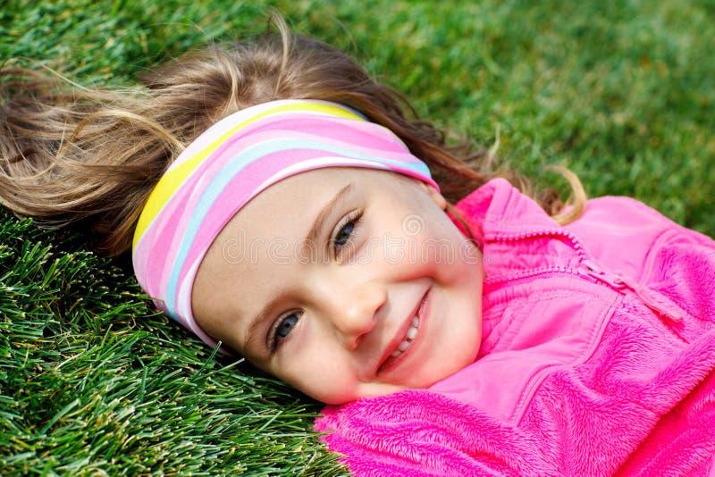 Download Peuter Meisje Op Groen Gras Stock Afbeelding - Afbeelding bestaande uit openlucht, gelukkig: 29503229