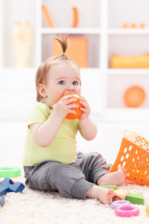 Peuter met zacht babyspeelgoed royalty-vrije stock afbeelding