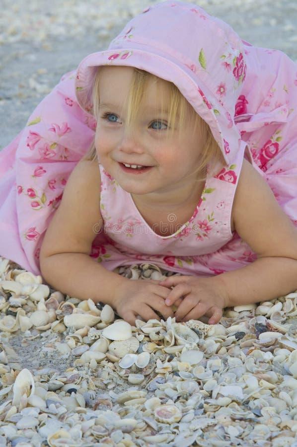 Peuter op strand stock foto