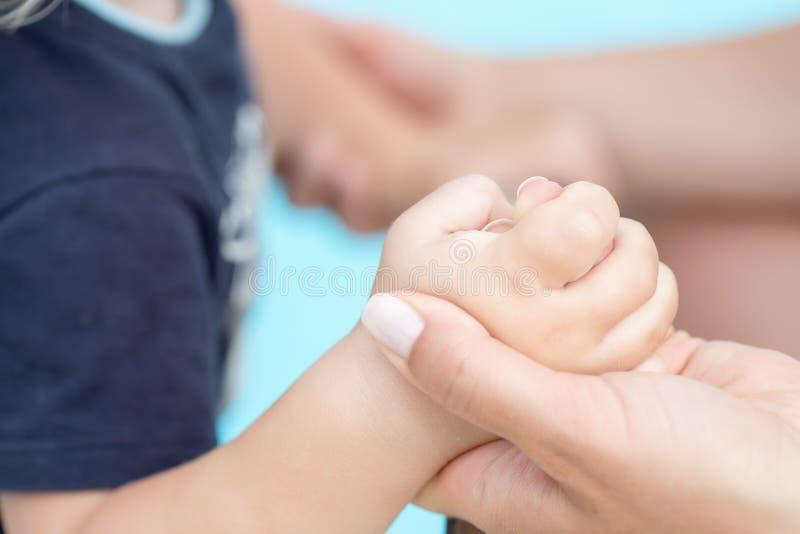 Peuterbaby die zijn moedersvinger, selectieve nadruk houden royalty-vrije stock foto's