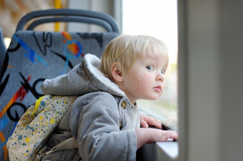 Peuterjongen aan de gang of tram stock afbeelding