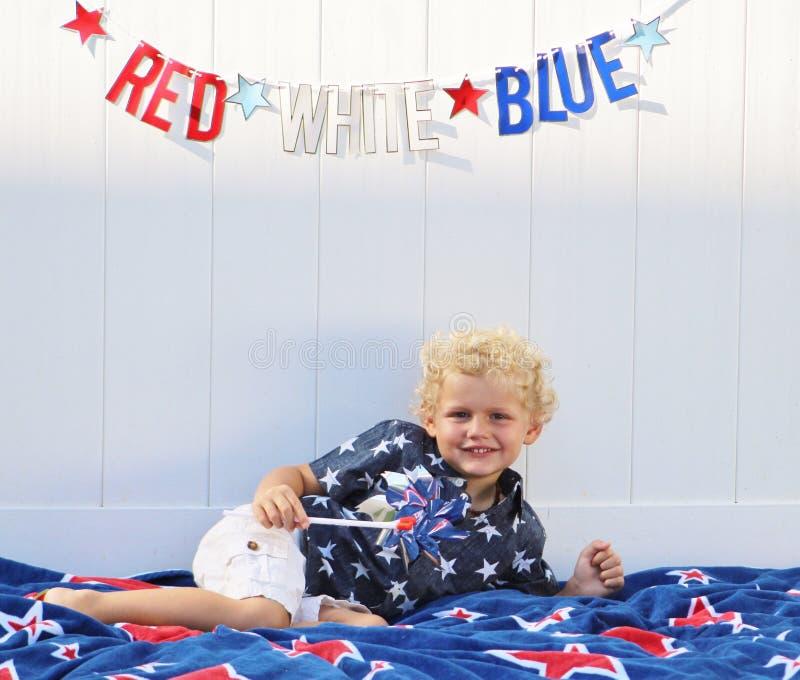 Peuterjongen die Amerika vieren royalty-vrije stock afbeelding