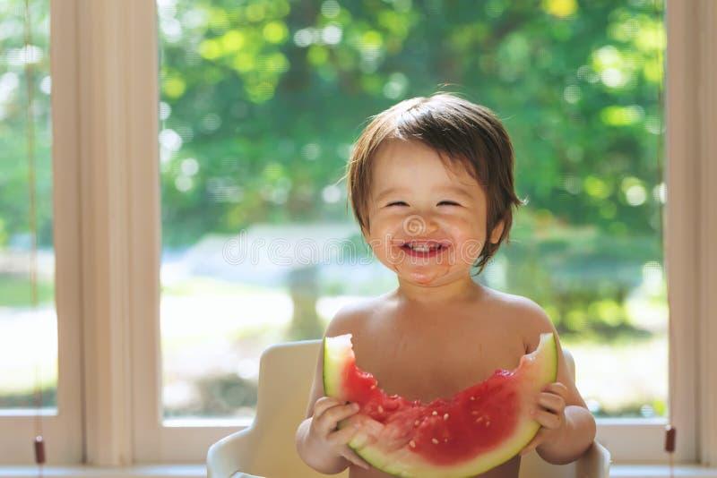 Peuterjongen die watermeloen eten royalty-vrije stock foto's