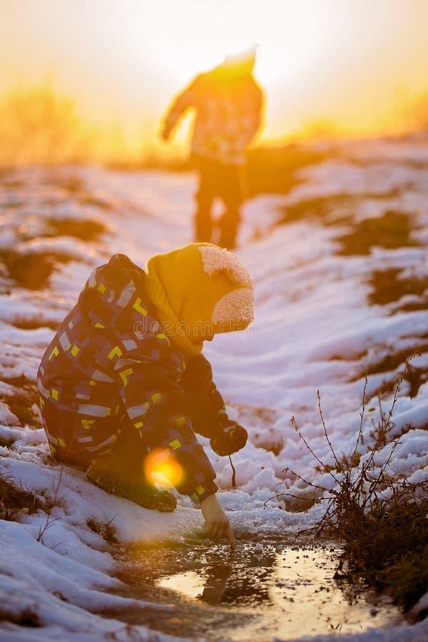 Peuterkind, die in openlucht op een de winterdag spelen royalty-vrije stock fotografie