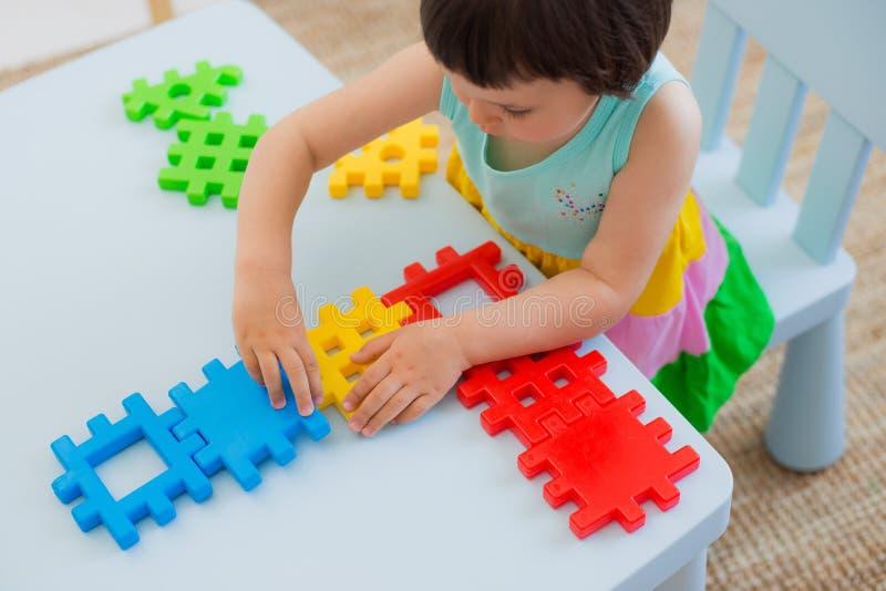 Peuterkind 3 jaar die met kleurrijke stuk speelgoed blokken spelen royalty-vrije stock afbeelding