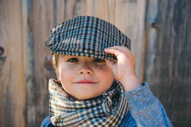 Peuterkind Jongensgezicht Elegant kind Het weer van de herfst Houten gang Mensen, aanbiddelijk jong geitje, grappig portret GLB,  royalty-vrije stock afbeeldingen