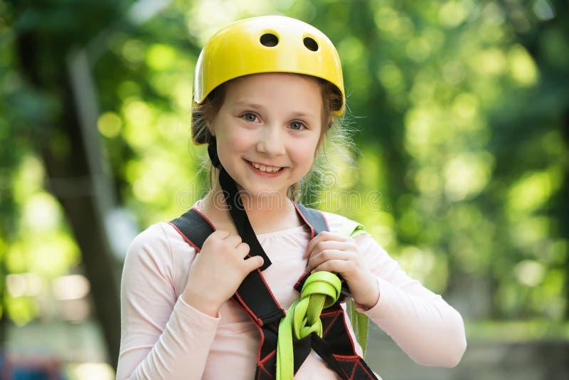 Peuterkleuterschool Meisje het spelen op de speelplaats Onbezorgde kinderjaren Klimmerkind Stijging en jonge geitjesconcept royalty-vrije stock fotografie