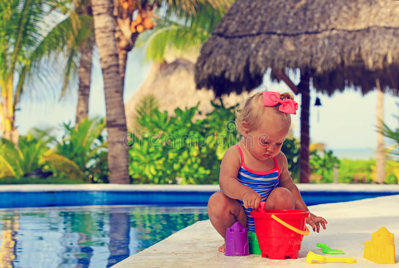 Peutermeisje het spelen in zwembad bij strand stock foto's