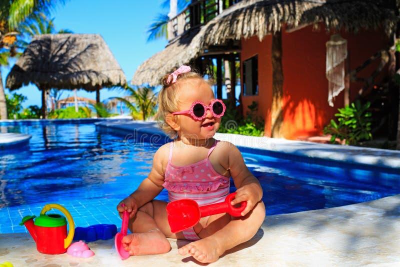 Peutermeisje het spelen in zwembad bij strand stock afbeeldingen