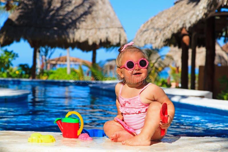 Peutermeisje het spelen in zwembad bij strand royalty-vrije stock fotografie