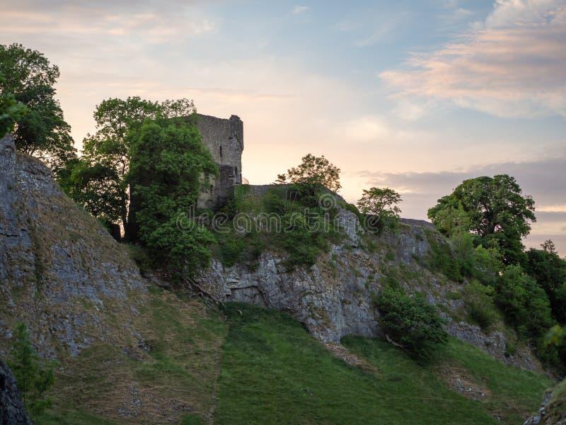 Peverilkasteel tijdens zonsondergang in castleton, Derbyshire in de erwt stock fotografie