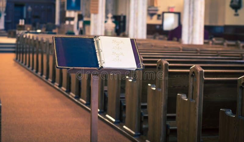 Pew μέσα στην κενή καθολική εκκλησία στοκ φωτογραφία με δικαίωμα ελεύθερης χρήσης