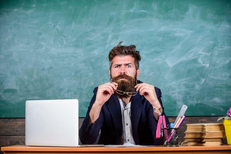 Pewny w wiedzie Egzaminatora brodaty nauczyciel z eyeglasses ono waha się Szkolny egzaminu pojęcie Chytry examinator zdjęcia stock