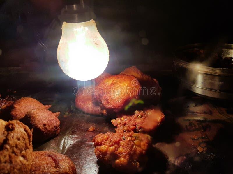 Peyaji pakoda葱油炸物dal pakoda Golgappa chaat土豆油炸物剁alu剁jhuri在玻璃箱子的papdi fuchka保持了酥脆,并且温暖烘干 免版税图库摄影