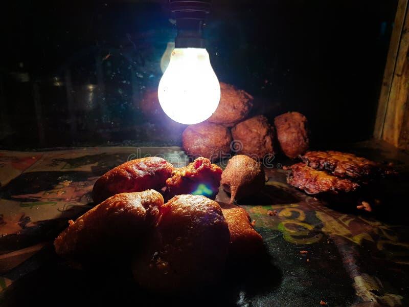 Peyaji-pakoda Zwiebelfischrogendal-pakoda Golgappa-chaat Kartoffelfischrogenhieb alu Hieb jhuri papdi fuchka im Glaskasten hielt  lizenzfreie stockbilder