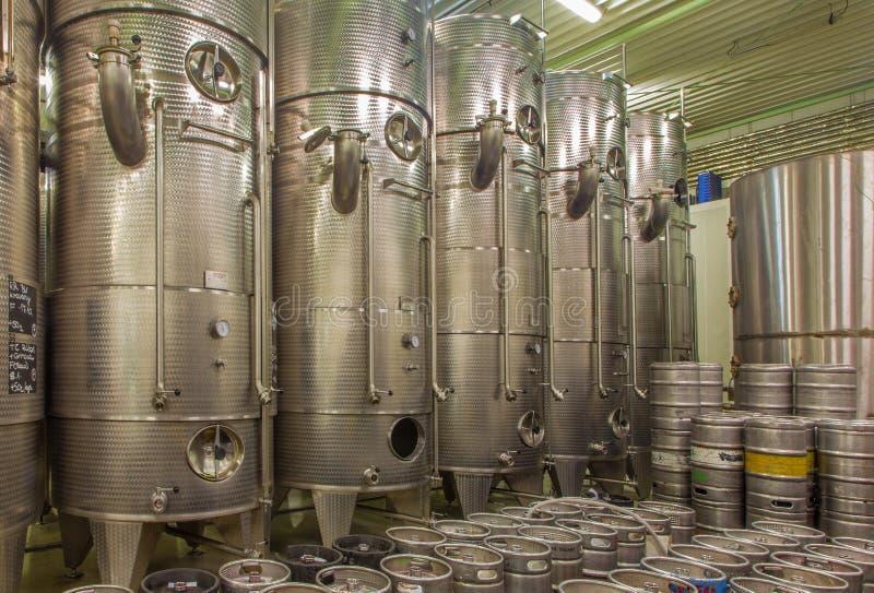 Pezinok - d'intérieur de l'usine de vin du grand producteur slovaque. Moteur moderne pour la fermentation. images libres de droits