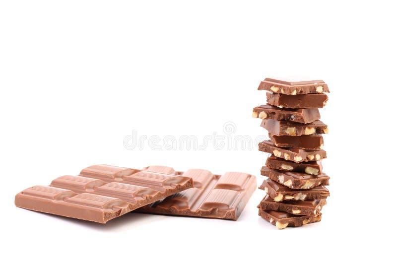 Pezzetto saporito di cioccolato al latte con i dadi. fotografie stock