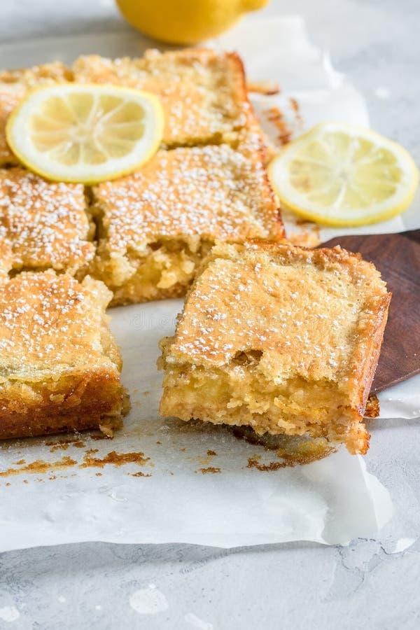 Pezzi affettati di torta del limone con le fette di limone sulla cima disposta su un Libro Bianco immagini stock