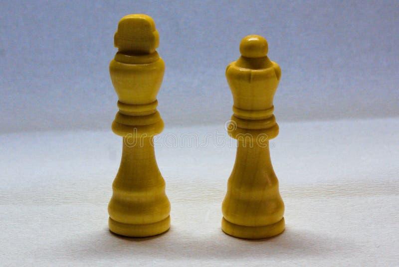 Pezzi degli scacchi bianchi della regina e di re fotografia stock