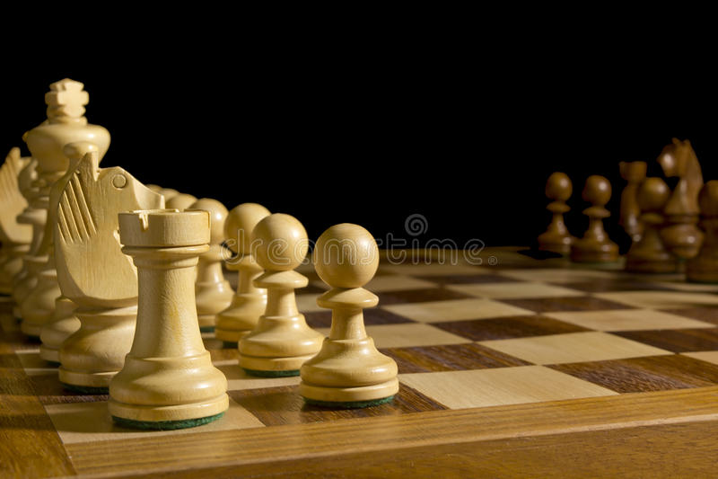 Pezzi degli scacchi bianchi e neri fotografie stock libere da diritti