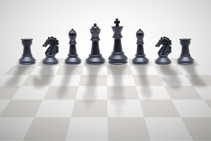Pezzi degli scacchi di legno che stanno sulla scacchiera royalty illustrazione gratis