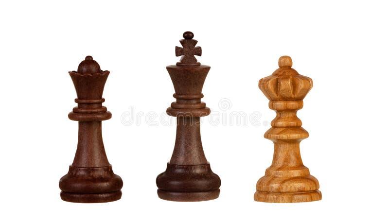 Pezzi degli scacchi: re nero fra due regine immagine stock