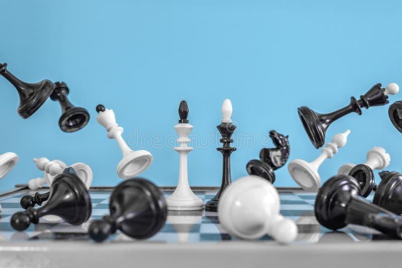 Pezzi degli scacchi su una mosca blu del fondo a partire dal centro Re di battaglia nel mezzo fotografia stock libera da diritti