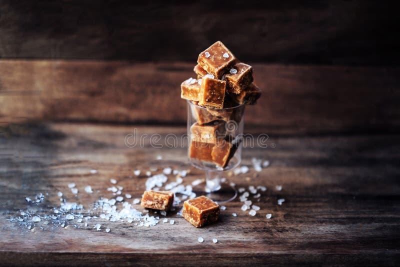 Pezzi del caramello e macro salati del sale marino Caramella m. del caramello del burro fotografia stock libera da diritti