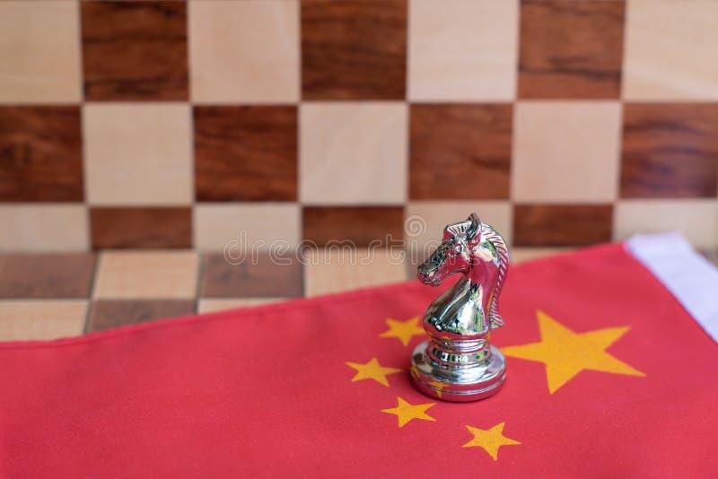 Pezzi del gioco di scacchiera su U.S.A. e sul fondo della bandiera della Cina, concetto di situazione di tensione della guerra co immagini stock libere da diritti