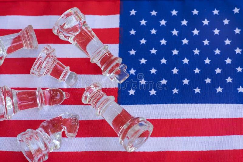 Pezzi del gioco di scacchiera su U.S.A. e sul fondo della bandiera della Cina, concetto di situazione di tensione della guerra co fotografia stock
