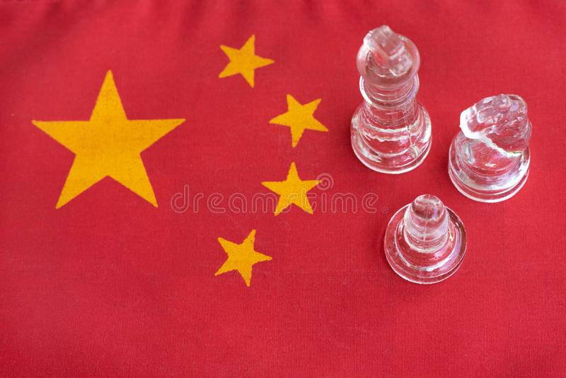 Pezzi del gioco di scacchiera su U.S.A. e sul fondo della bandiera della Cina, concetto di situazione di tensione della guerra co immagini stock