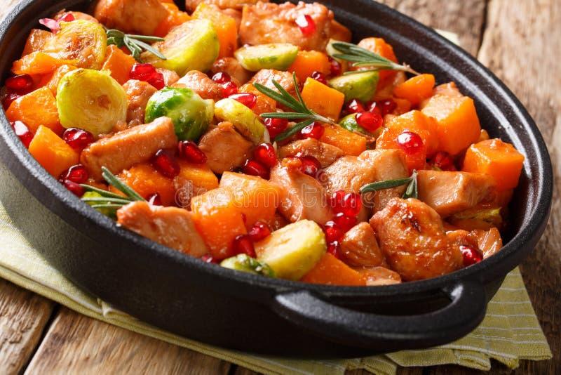 Pezzi del pollo dell'alimento biologico con le verdure ed i rosmarini in pomo fotografia stock