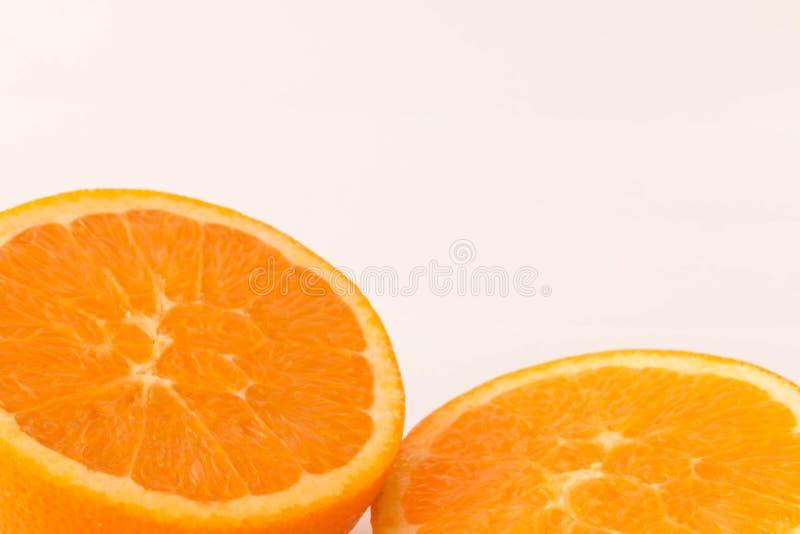 Pezzi di arancia su un fondo bianco fotografia stock libera da diritti