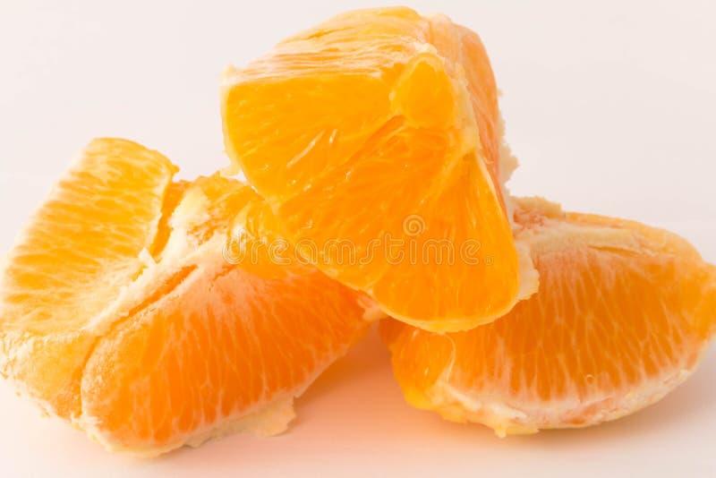 Pezzi di arancia su un fondo bianco fotografie stock