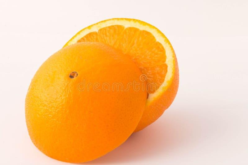 Pezzi di arancia su un fondo bianco immagine stock