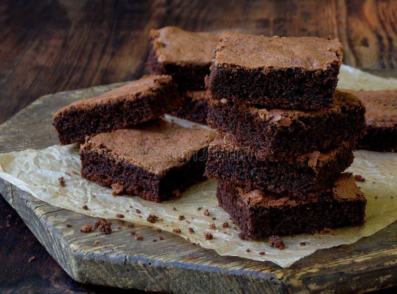 Pezzi di brownie del cioccolato del dolce su fondo di legno fotografia stock libera da diritti