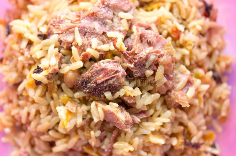 Pezzi di carne sopra porridge Carne e porridge fotografie stock libere da diritti