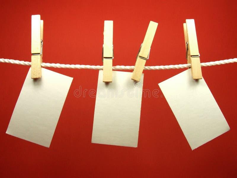 Pezzi di carta in bianco sulla corda immagine stock libera da diritti