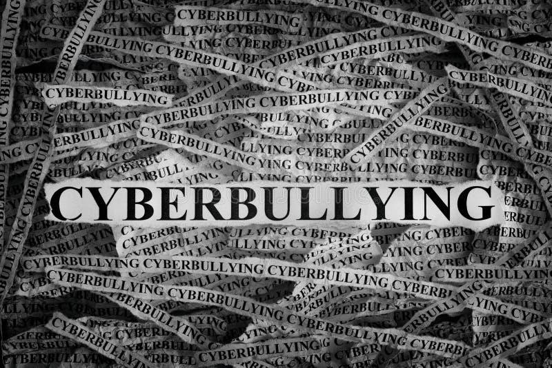 Pezzi di carta lacerati con il cyberbullismo di parola fotografia stock libera da diritti