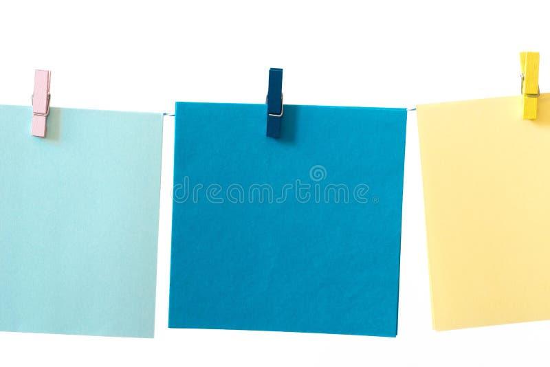 Pezzi di carta per appunti cavigliati ad una macro della corda fotografia stock