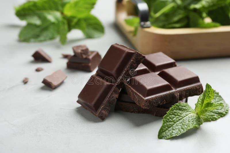 Pezzi di cioccolato fondente con la menta fotografie stock
