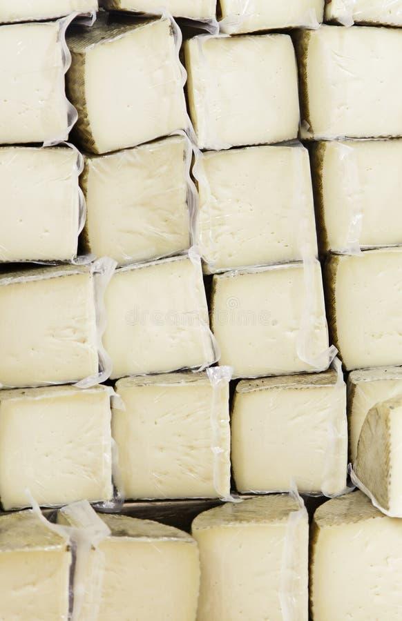 Pezzi di formaggio curato della mucca immagine stock libera da diritti