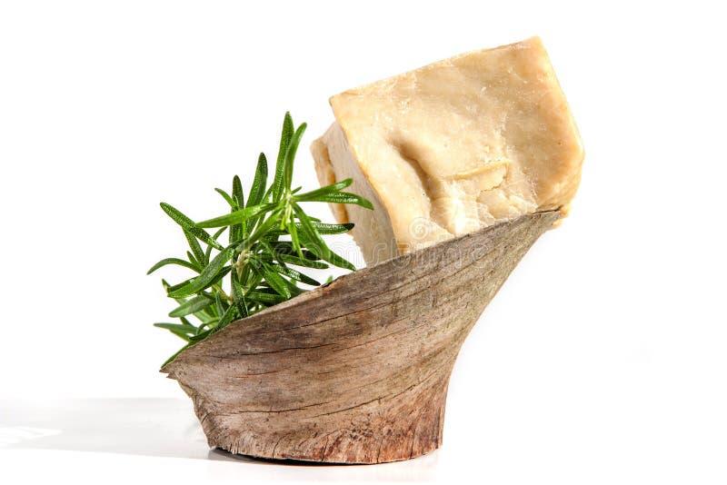 Pezzi di oliva fatta a mano e di sapone delle erbe con i rosmarini su di legno isolati su bianco fotografia stock libera da diritti