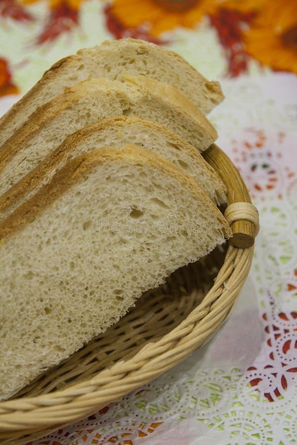 Pezzi di pane di recente al forno, in una ciotola per pane su un tovagliolo immagini stock