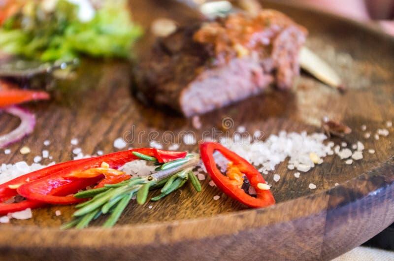 Pezzi di peperone e di rosmarini Condimenti a carne fotografia stock libera da diritti